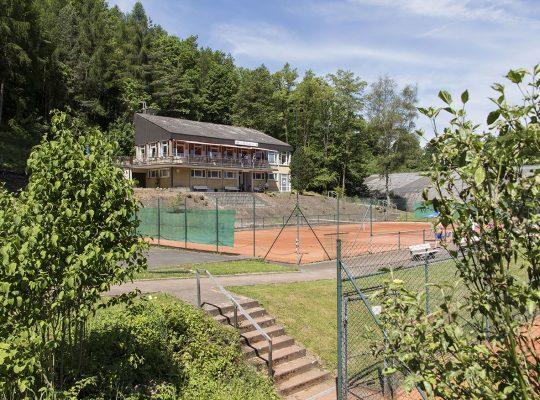 Blick auf das Vereinsheim des Tennisclub Weiß-Rot Coburg
